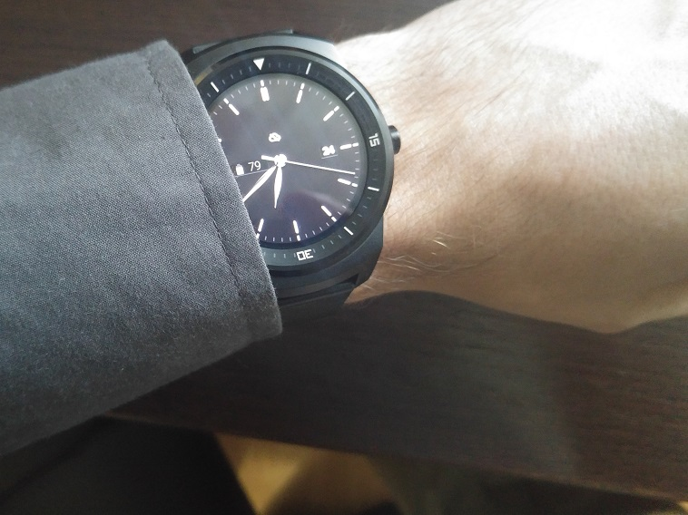 LG G Watch R na ruci